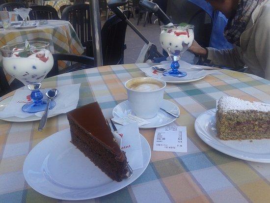 Renon, Italia: coppe di yogurt con frutti di bosco e torte