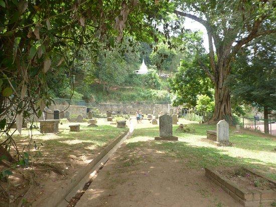 Kandy Garrison Cemetery: Vista general con pagoda al fondo