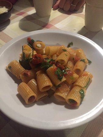 Segni, İtalya: Mezze maniche con pomodorini e rucola