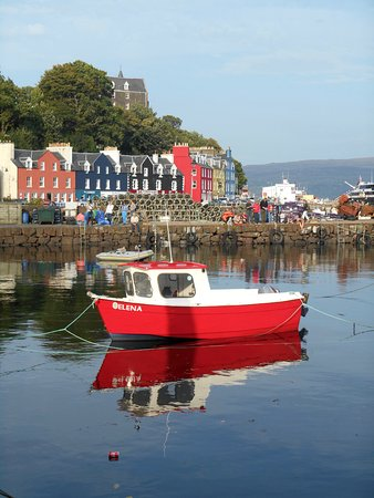 Dervaig, UK: Nearest town, Tobermory (Balamory), in the sunshine.