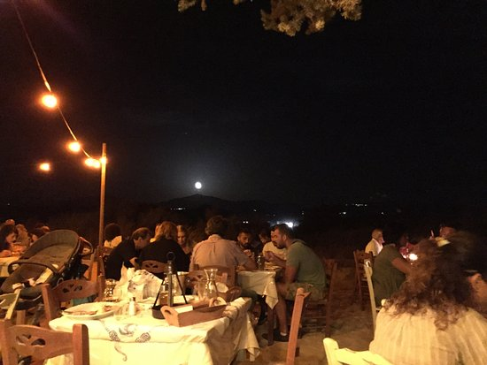 Plaka, Grecia: The full moon rises over the lucky diners at Three Brothers