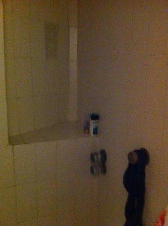 Cala Llenya, Spagna: unlit shower