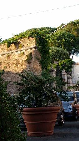 Antico Arco: Alte Stadtmauer von Rom (Aussicht vor dem Restaurant)