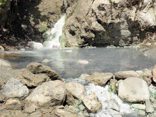 Bagni di San Filippo, Italia: acqua calda e sulfurea in cui immergersi