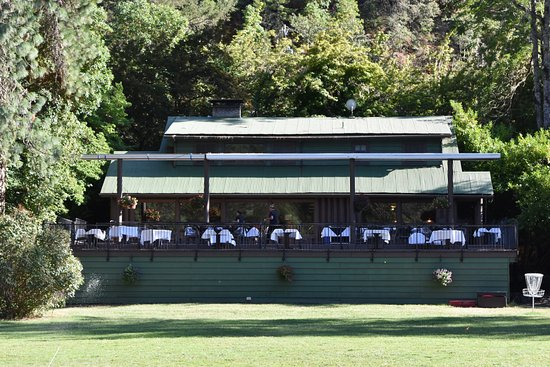 Morrison's Rogue River Lodge: Dining building and outdoor terrace at Morrison's