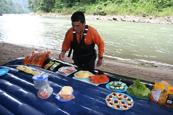 San Isidro de El General, Costa Rica: Preparing our famous lunch on the side of the river :_)