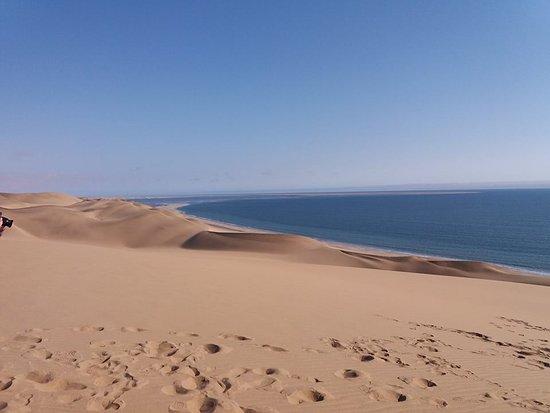 Walvis Bay, Namibya: le dune incontrano l'oceano regalandoci colori bellissimi