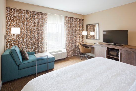 Roseville, MN: All of our guest rooms have LCD TVs, conveniently placed electrical outlets, and wireless intern