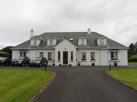 Achill Sound, Irlanda: L'esterno del B&B