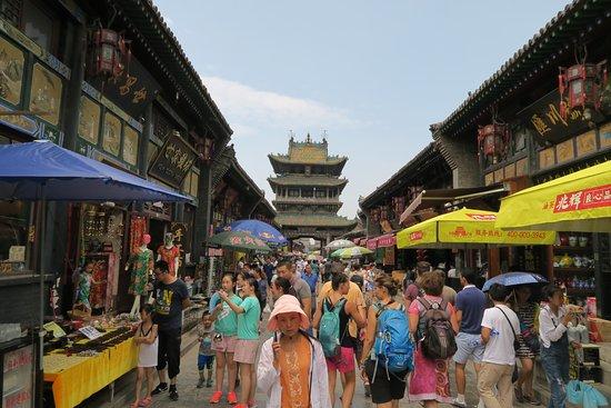 Pingyao County, Chine : Un mar de sombrillas y puestos callejeros que impiden disfrutar de la belleza de sus calles