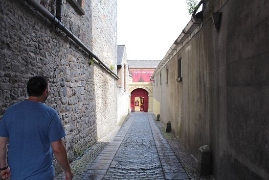 Kilkenny, Irland: The alley way into the entrance of Smithwicks