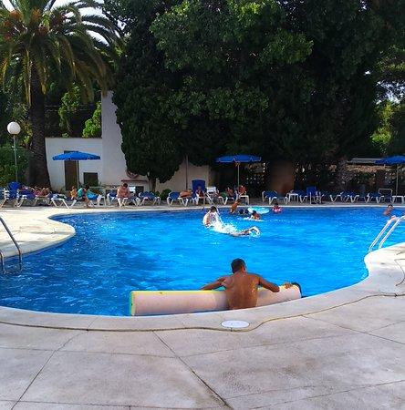 Hotel Ciudad de Castelldefels: Piscina con temperatura agua estupenda. Hamacas para todos.