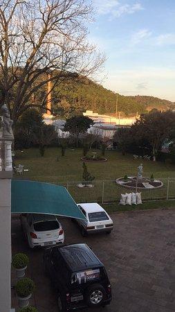 Marau, RS: Quarto de fundos, vista do jardim traseiro do Hotel.