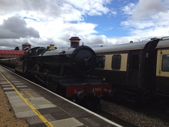 The Shakespeare Express: 4965 'Rood Ashton Hall' running round her train at Stratford-upon-Avon