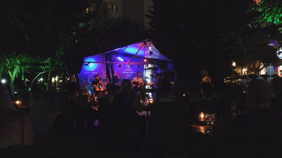 Green Beach Restaurant: Live Music