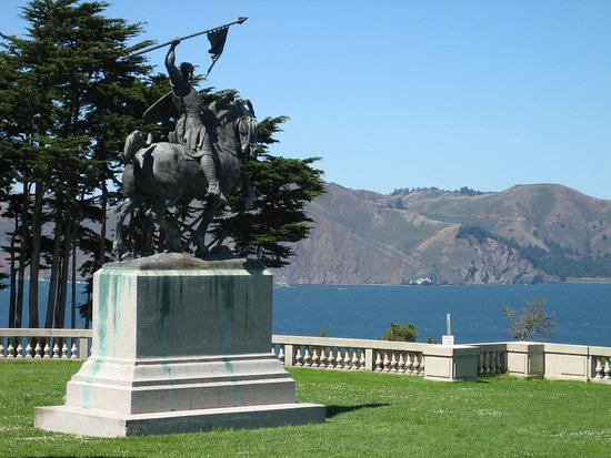 Legion of Honor: Front Lawn - Look right to see the Golden Gate!