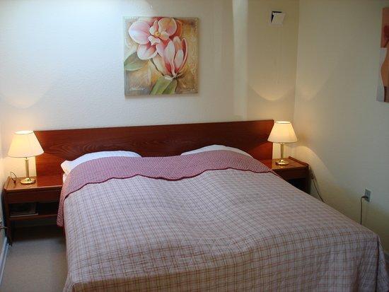 Haderslev, Dinamarca: Dejlig værelse med bred seng