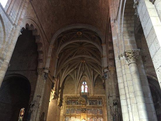 Museo Panteon San Isidoro de Leon : Altar y nave central