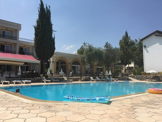 Ozankoy, Kypros: Hotel front and pool .
