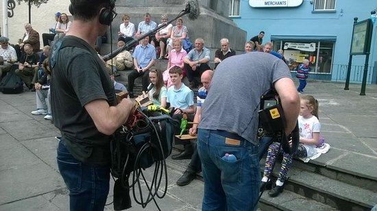 Ennis, Irlandia: Filming at the Daniel O'Connell monument Fleadh Cheoil August 2016
