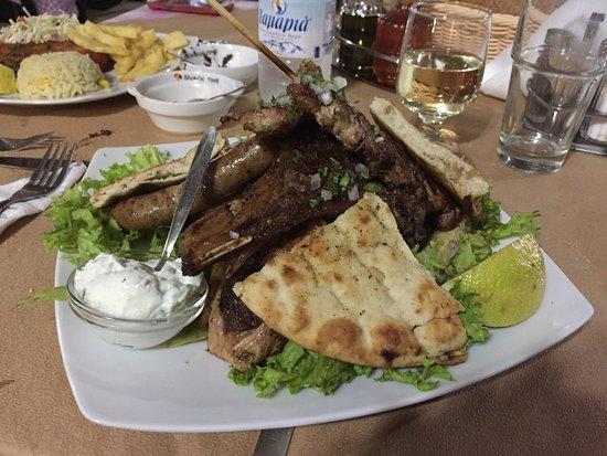Nea Kydonia, Grecia: Grigliata mista e pollo gordon blue