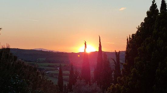 Montespertoli, إيطاليا: View from the main lawn at sunset