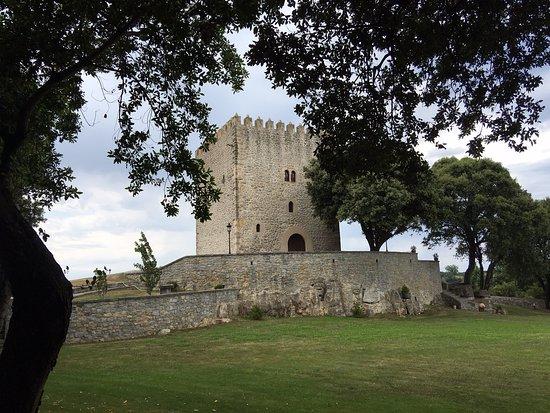 Arnuero, Hiszpania: Torre antigua en la zona de atrás de la Posada