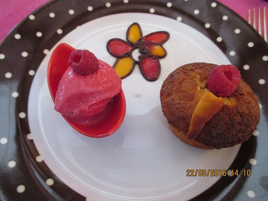 Tavel, Frankrig: gâteau au coeur de framboise et sa glace framboise