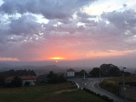 Arnuero, Hiszpania: Amanecer el segundo dia con algo de nubes