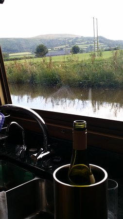 Llangattock, UK: cook's view from the galley. Huge picture windows both sides.