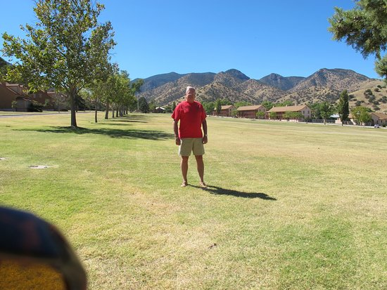 Fort Huachuca, Аризона: Huachuca Mountain Range is Behind the Old Barracks