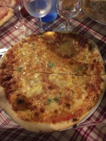 Pianopoli, Italia: Pizze quattro formaggi bianca e rossa e margherita con nduja