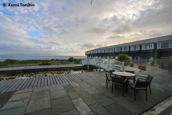 Furbo, Irland: Zona exterior trasera del hotel con vistas al mar