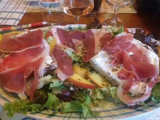 Saint-Martin-d'Heres, France : Salade du moment avec nectarine, jambon cru