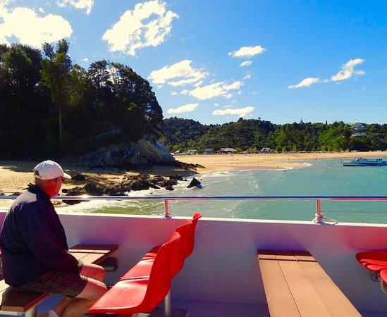 Abel Tasman National Park, นิวซีแลนด์: Wilson's water taxi up the Abel Tasman coast out of Kaiteriteri