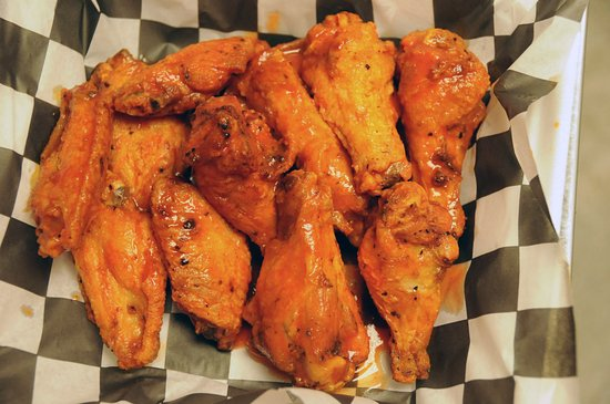 Lawrence, KS: Pizza and wings! Yum!