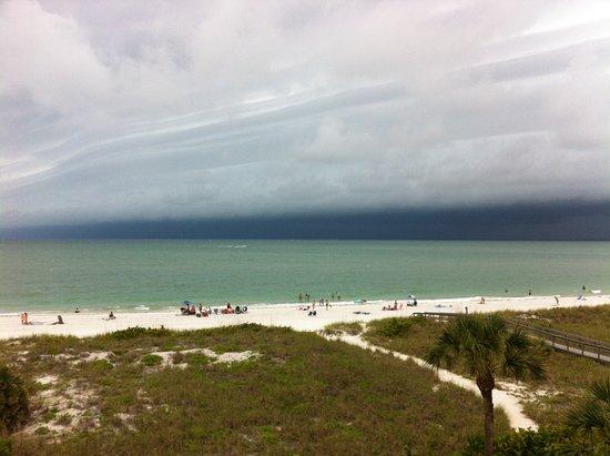 Sand Pebble Resort: Storm approaching beach