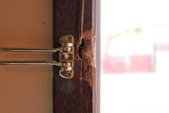Americas Best Value Inn : Broken lock