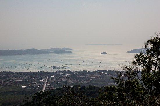 Chalong, Thailand: Panorama che si vede dalla base della statua