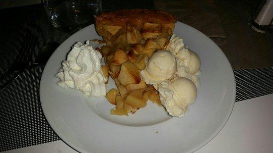 Cadrezzate, Itália: Torta di mele con gelato