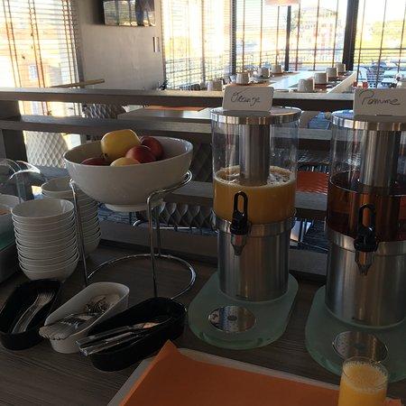 Aubagne, France: Salle du petit déjeuner et terrasse