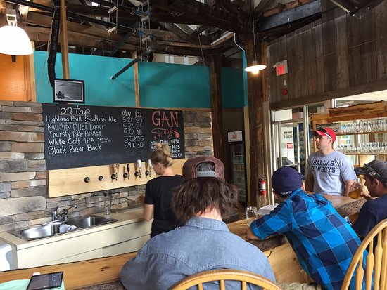 Gananoque, Canadá: Front bar, where the draft is pulled, the regulars take a seat, and the fridge is full.