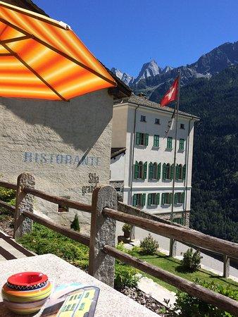 Soglio, سويسرا: Blick von der Terrasse zur Scioragruppe und Piz Badile