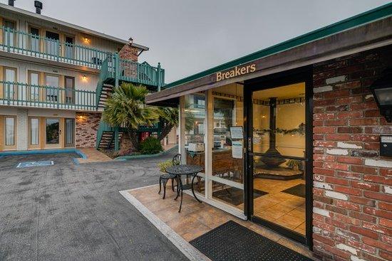 Breakers Motel: Lobby Entrance