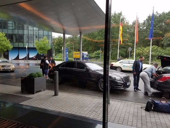 Steigenberger Airport Hotel: Loading and Unloading area outside of door.