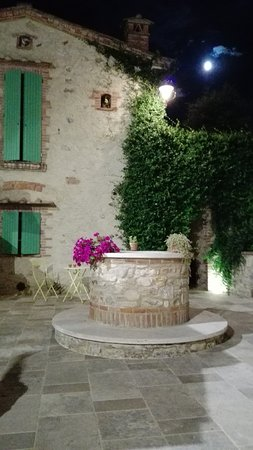 Serre di Rapolano, Italia: cortile dove viene servita la cena