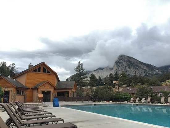 Nathrop, Colorado: A view over the pool house, where the spa and sauna are. Mount Princeton in the distance
