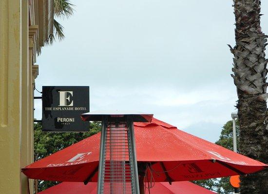 Devonport, New Zealand: The Esplanade Hotel Bar & Grill - Outside seating