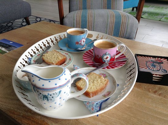 Mawgan Porth, UK: Our welcome drink and delicious cake. Unsolicited, just part of the welcome