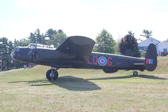 Kingston, Kanada: Lancaster bomber (freshly painted) on display at 14 Wing Air Park